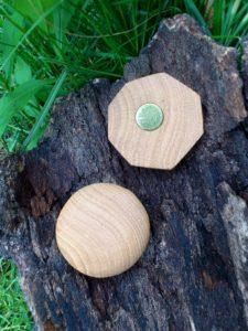 Handschmeichler und Neodym-Magnet aus Eiche als kleines Dankeschön für viele Holzlieferungen aus Schulzendorf