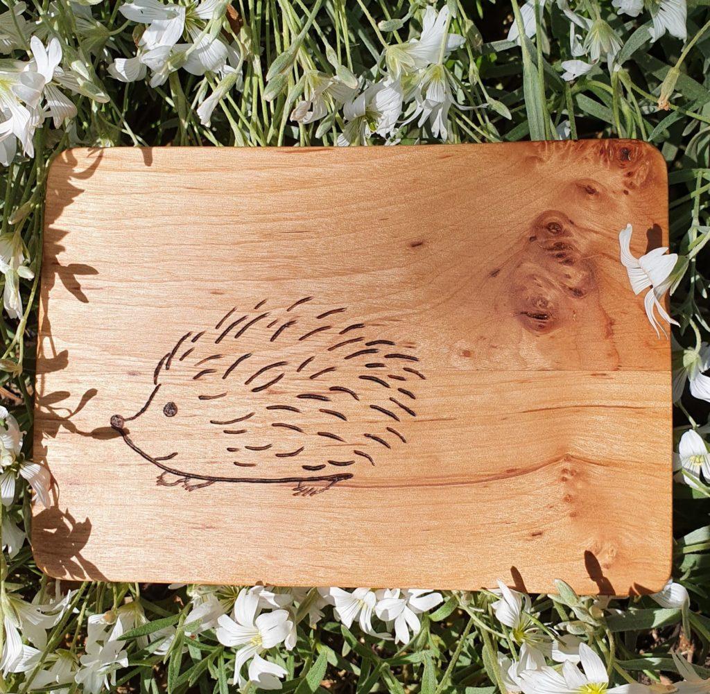 Brotzeitbrettchen aus Kirschholz mit Igel