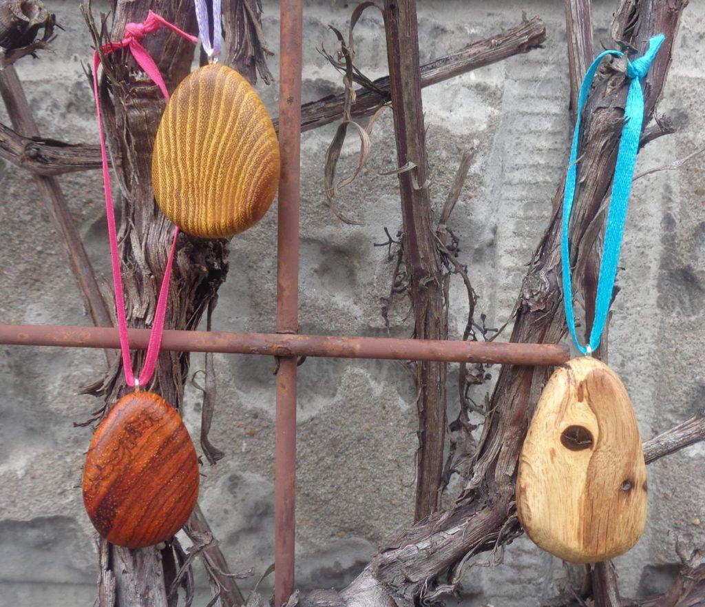 Osterstrauß-Anhänger aus Osage orange Holz, Cocobolo-Holz und gestockter Eiche