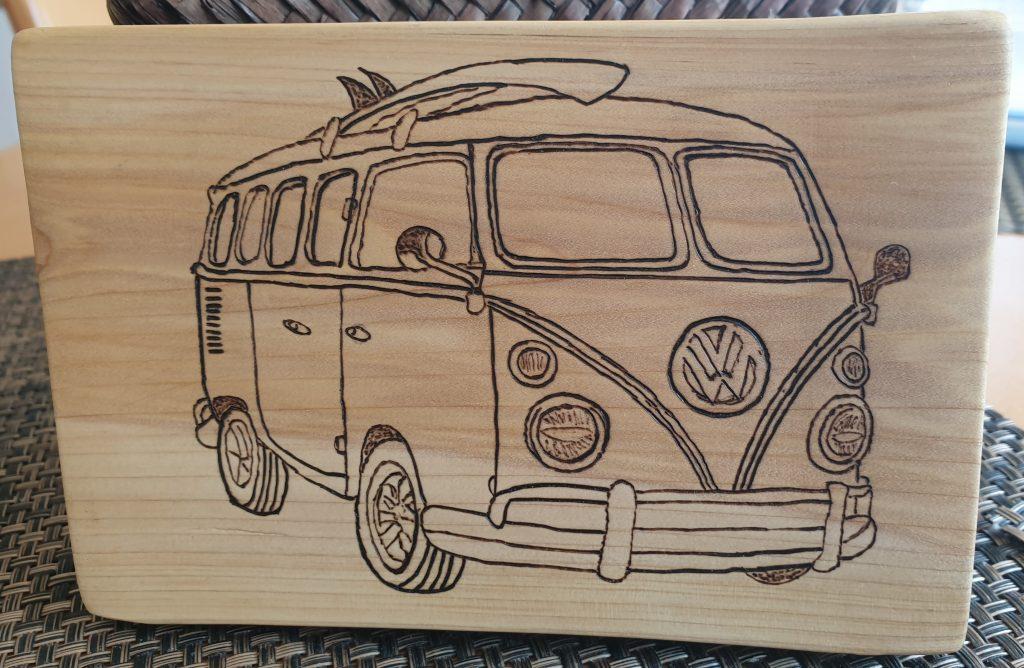 VW-Bulli-Zeichnung auf Wacholder