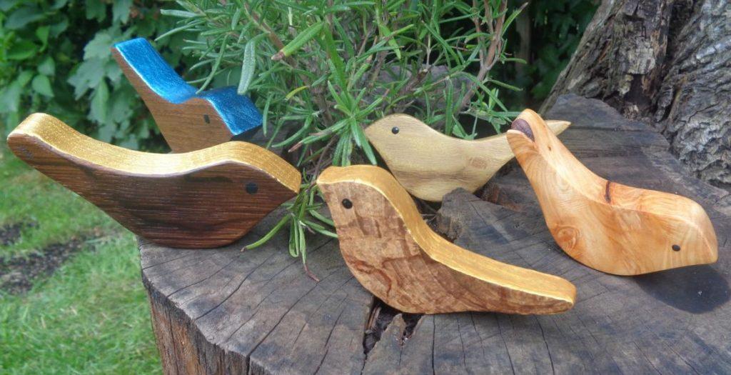 Kleine Vögel aus Eiche, Walnuss, Robinie und Wacholder